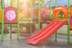 De structuur van de combinatiespeelplaats voor kleine kinderen Stock Foto's