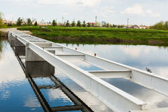 De structuur van de metaalbrug over water Stock Fotografie