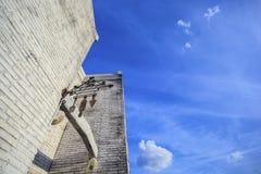 De structuur van de steen en blauwe hemel Stock Foto's