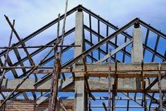 De structuur van het bouwhuis van cement en baksteen met steiger wordt gemaakt die Royalty-vrije Stock Foto