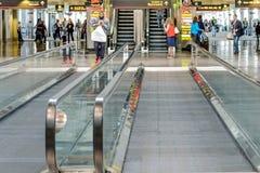 De structuur van het Daylightingsdak met mensen het lopen en rollende trottoirs Stock Afbeelding