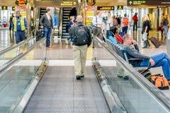De structuur van het Daylightingsdak met mensen het lopen en rollende trottoirs Royalty-vrije Stock Foto