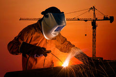 De structuur van het het lassenstaal van de lassenarbeider met bouwwerf stock foto