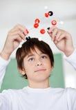 De Structuur van Looking At Molecular van de middelbare schoolstudent stock fotografie