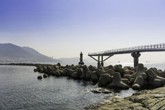 De structuurbrug op overzeese plaats met landschaps blauwe hemel Stock Fotografie