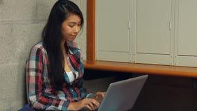 De student beklemtoonde uit het gebruiken van haar laptop stock video