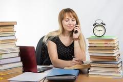 De student bespreekt door telefoonparagraaf in het handboek stock afbeelding