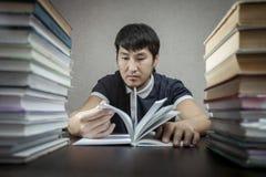 De student en de tijd achter handboeken Royalty-vrije Stock Afbeeldingen