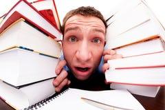 De student kijkt van achter de boeken Stock Fotografie
