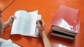 De student las een boek op handholding Royalty-vrije Stock Afbeeldingen