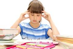 De student leert lessen, bekijkt boeken Royalty-vrije Stock Afbeeldingen