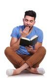 De student leest een boek en hij wordt slaperig Royalty-vrije Stock Fotografie