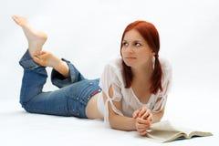 De student leest het boek royalty-vrije stock fotografie