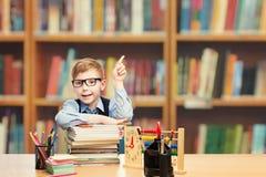 De Student Pointing Up, het Klaslokaalonderwijs van het schoolkind van de Jong geitjejongen royalty-vrije stock afbeelding