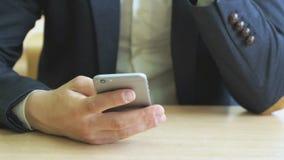 De student schrijft de tekst gebruikend een smartphone stock footage