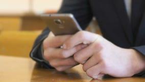 De student schrijft tekst gebruikend smartphone Close-up stock videobeelden