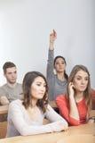 De student steekt haar hand op Royalty-vrije Stock Foto