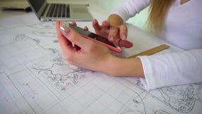 De student tast sociaal netwerk af gebruikend smartphone tijdens thuiswerk stock videobeelden