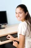 De Student van de tiener begint Thuiswerk stock foto's