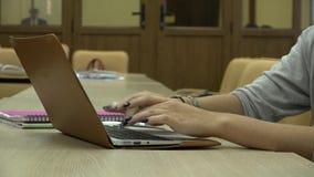 De studente gebruikt laptop tijdens opleiding Close-up stock videobeelden