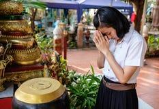 De studente schenkt geld voor tempel Royalty-vrije Stock Foto's
