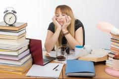 De studente viel in slaap bij lijst drinkend drie koppen van koffie Royalty-vrije Stock Afbeeldingen