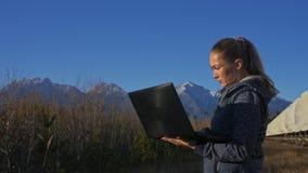 De studenteexploitant van instituut van Zonne Aardse Fysica controleert communicatieapparatuur in notitieboekje uniek stock footage
