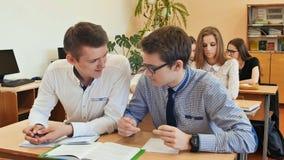 De studenten bestuderen in het klaslokaal bij de schoolbank Royalty-vrije Stock Foto's