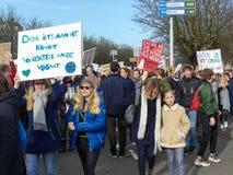 De studenten bij antiklimaatverandering protesteren in Den Haag met banners lopend door de stad royalty-vrije stock foto's