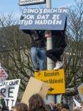 De studenten bij antiklimaatverandering protesteren in Den Haag met banners lopend door de stad stock afbeelding