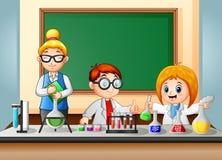 De studenten en de Leraar maken chemisch experiment royalty-vrije illustratie