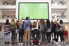 De studenten fotograferen het scherm met telefoons, achtermenings volledige lengte Royalty-vrije Stock Afbeelding
