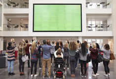 De studenten fotograferen het scherm met telefoons, achtermenings volledige lengte Royalty-vrije Stock Fotografie