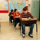 De studenten leren in Klaslokaal Stock Afbeeldingen