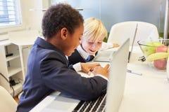 De studenten leren samen in de computercursus royalty-vrije stock fotografie