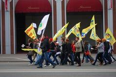 De studenten lopen holdings gele vlaggen Royalty-vrije Stock Fotografie