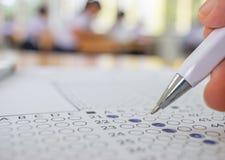 De studenten overhandigen het testen doend onderzoek met pentekening selecte Royalty-vrije Stock Fotografie
