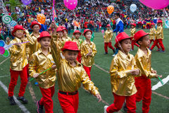 De studenten paraderen op school in Kerstmismarkt 2015 royalty-vrije stock foto