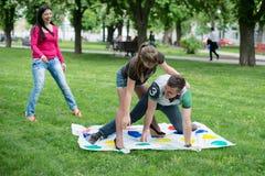 De studenten spelen het spel twister Stock Foto