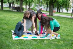 De studenten spelen het spel twister Stock Afbeeldingen