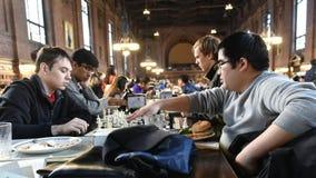 De studenten spelen Schaak Stock Afbeelding