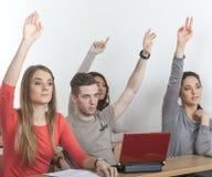 De studenten steken hun handen op Stock Foto's