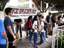 De studenten stellen op om hun aanvraagformulier voor de universiteitsingang examen geroepen UPCAT van de universiteit van de sta Royalty-vrije Stock Foto