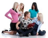 De studenten treffen voor onderzoek voorbereidingen stock fotografie