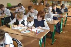 De studenten trekken in klasse in klasse royalty-vrije stock foto