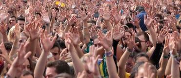 De studenten van Barcelona heffen hun handen wijd tijdens demonstratie voor onafhankelijkheid op royalty-vrije stock fotografie