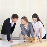 De studenten van de architectuur het bespreken Stock Foto's