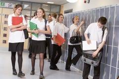 De studenten van de middelbare school door kasten Royalty-vrije Stock Foto