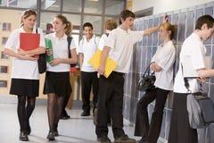 De studenten van de middelbare school door kasten Royalty-vrije Stock Fotografie