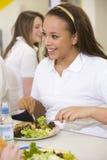 De studenten van de middelbare school het eten Stock Afbeeldingen